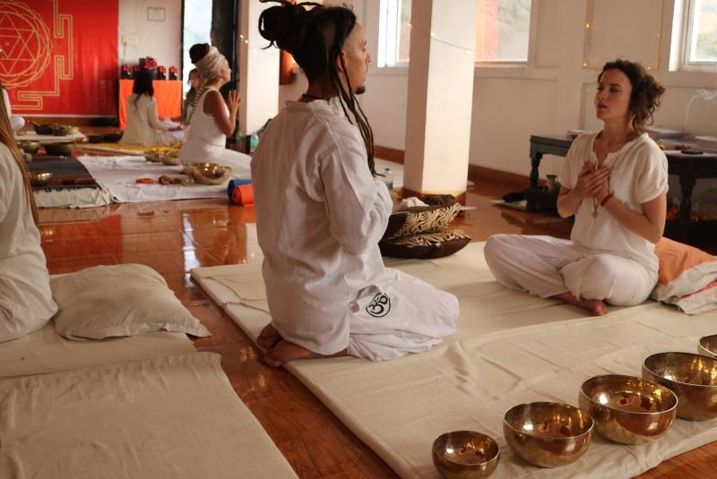 students_teaching_tibetan_soundhealing_training